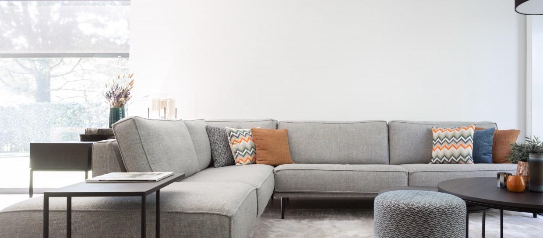 Grijze sofa / zetel Abby voor een landelijk en moderne stijl / interieur. Perfect voor in de woonkamer.