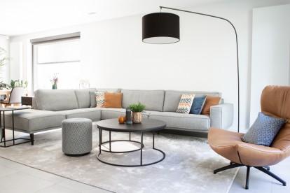 Modern landelijk interieur / woonkamer met Grijze sofa / zetel Abby en stoel / fauteuil Luxor.
