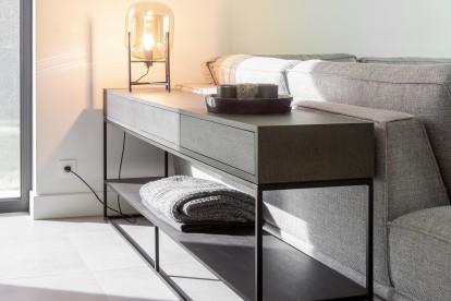Console Flinn met een afwerking in zwart hout perfect voor een landelijke en moderne stijl / interieur en voor in de woonkamer.