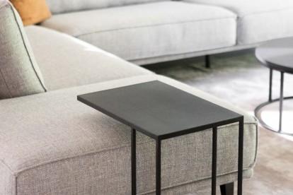 Bijzettafel Vanger met een afwerking in zwart metaal voor een modern landelijk interieur. Ideaal voor in de woonkamer.