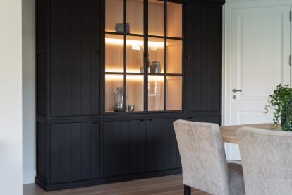 Cabinet Lancaster met Aragon stoelen voor een landelijk moderne woonkamer / eetkamer by Charrell.