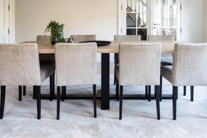 Aragon stoelen en eettafel Woodland voor een landelijk moderne woonkamer / eetkamer by Charrell