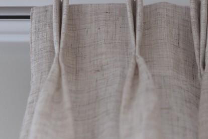 Gordijnen met een grijze stoffen afwerking by Charrell voor een Landelijk moderne woonkamer / interieur