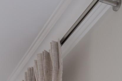Grijze gordijnen by Charrell voor een Landelijk modern interieur / woonkamer.