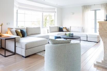 Woonkamer met Todd Combo, sofa / zetel Devino en seat Ios voor een landelijk modern interieur by Charrell.