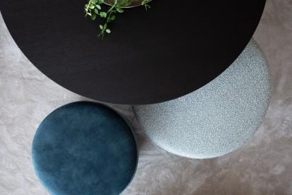 Poef Ritz met bijzettafel / koffietafel Todd Combo voor een landelijk modern interieur. Ideaal voor de woonkamer by Charrell.