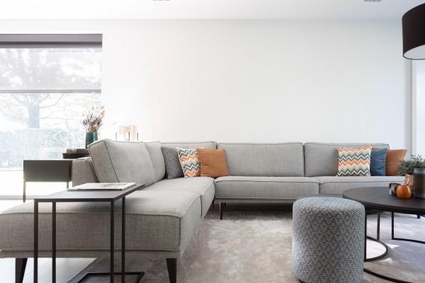 Grijze sofa / zetel Abby voor een landelijk en moderne stijl / interieur by Charrell. Perfect voor in de woonkamer.